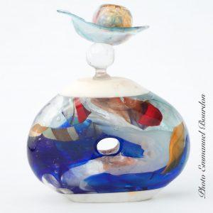 Flacon bleu percé