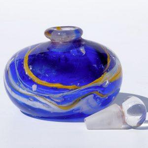 """flacon bleu """"val"""" avec cordons jaune et blanc"""