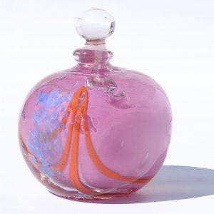 flacon rose avec cordon orange et grains bleus