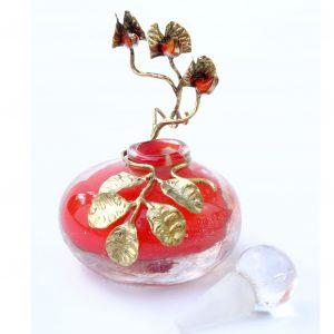 flacon rouge avec feuille d'or et pois de senteur
