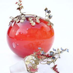 flacon overlay de rouge sur orange avec feuillage vieil or de glycine (perles bleues) et de pois de senteur (perles rouges) + bouchon petit dragon aux ailes perles rouges dans feuillage de glycine et pois de senteur